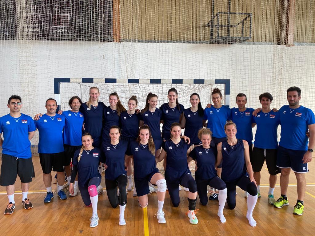 Sportska Hrvatska Izbornik Santarelli sa svojim strucnim stozerom i trenutno 12 igracica priprema se za Europsku ligu